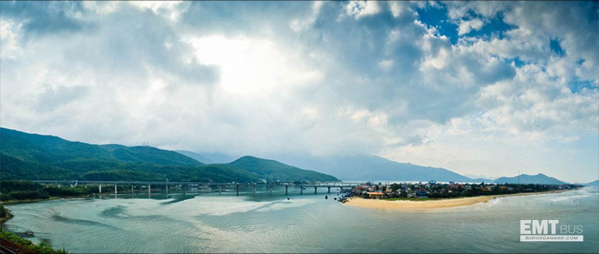Biển Lăng Cô bên đèo Hải Vân