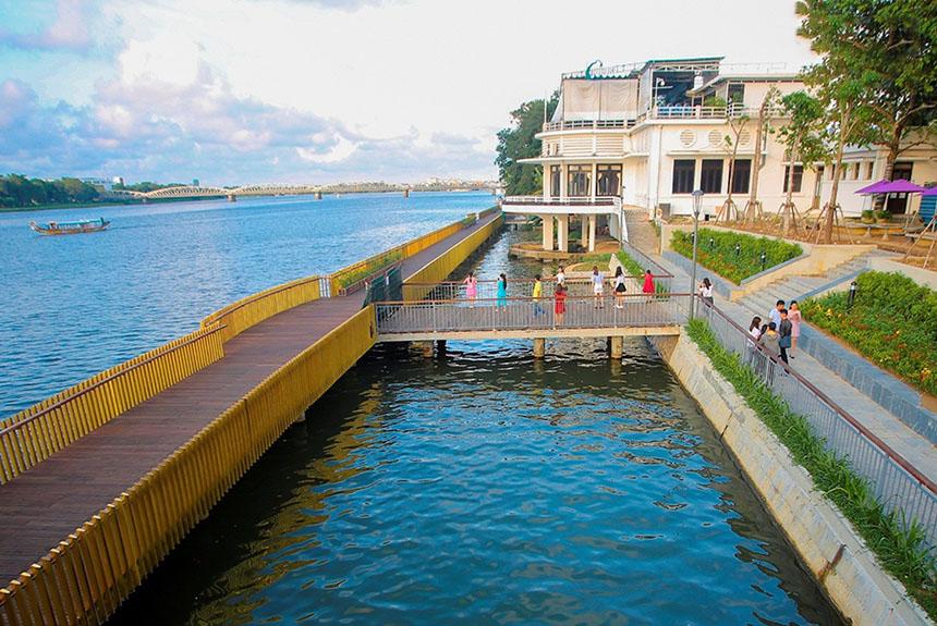 Cầu đi bộ gỗ lim trên sông Hương