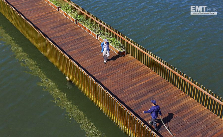 cầu đi bộ trên sông ở Huế