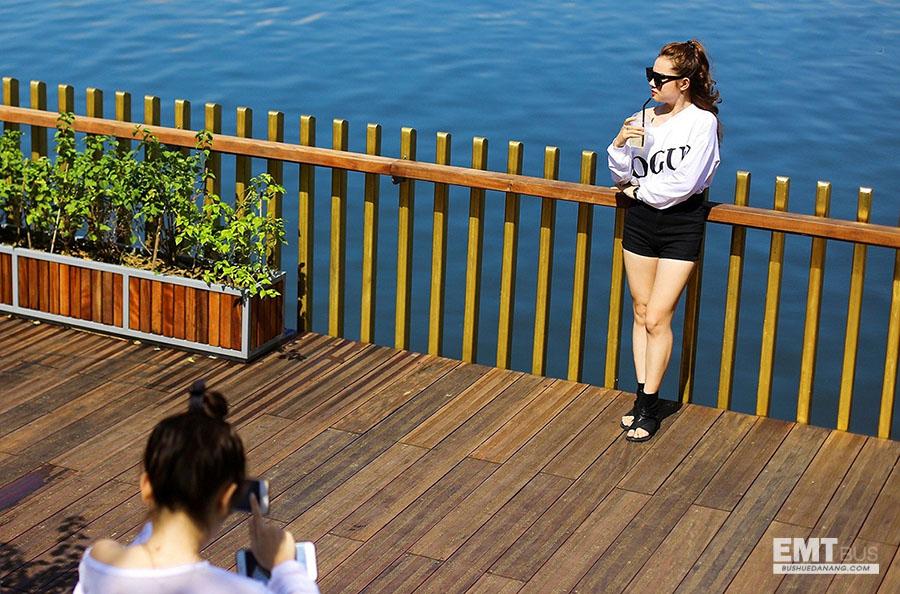 check in cầu đi bộ trên sông hương ở huế