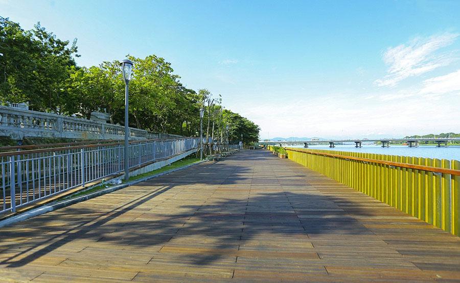 Cầu đi bộ gỗ lim trên sông Hương ở Huế