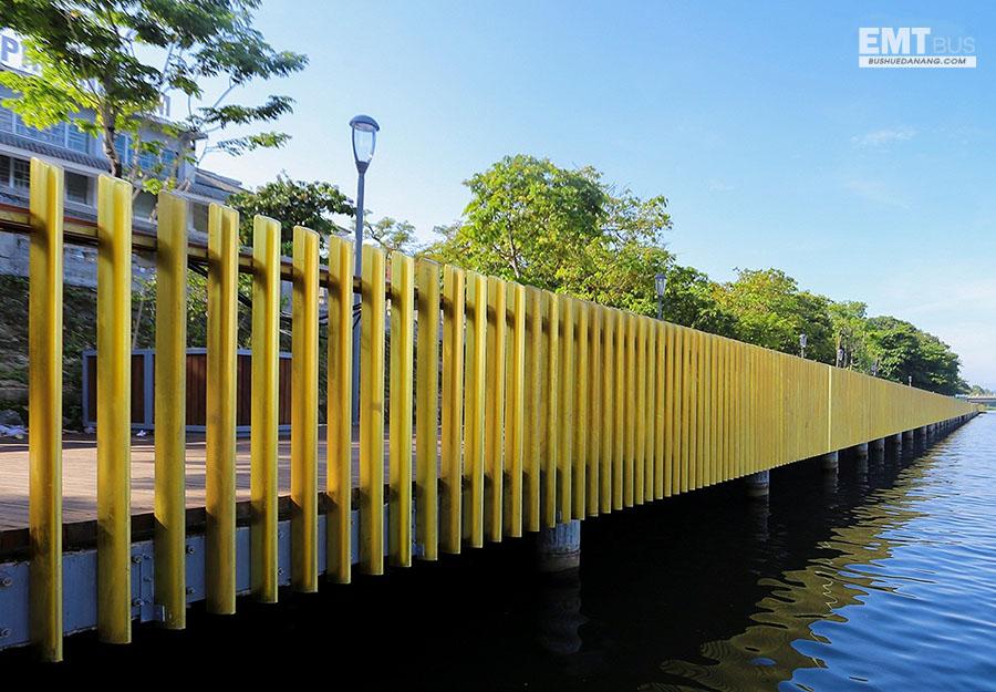 Cầu đi bộ gỗ lim sông Hương